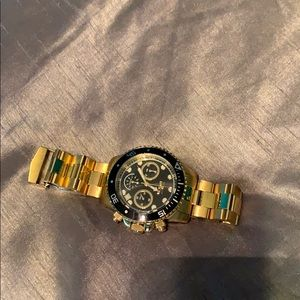 I am selling a comfortable and nice gold watch